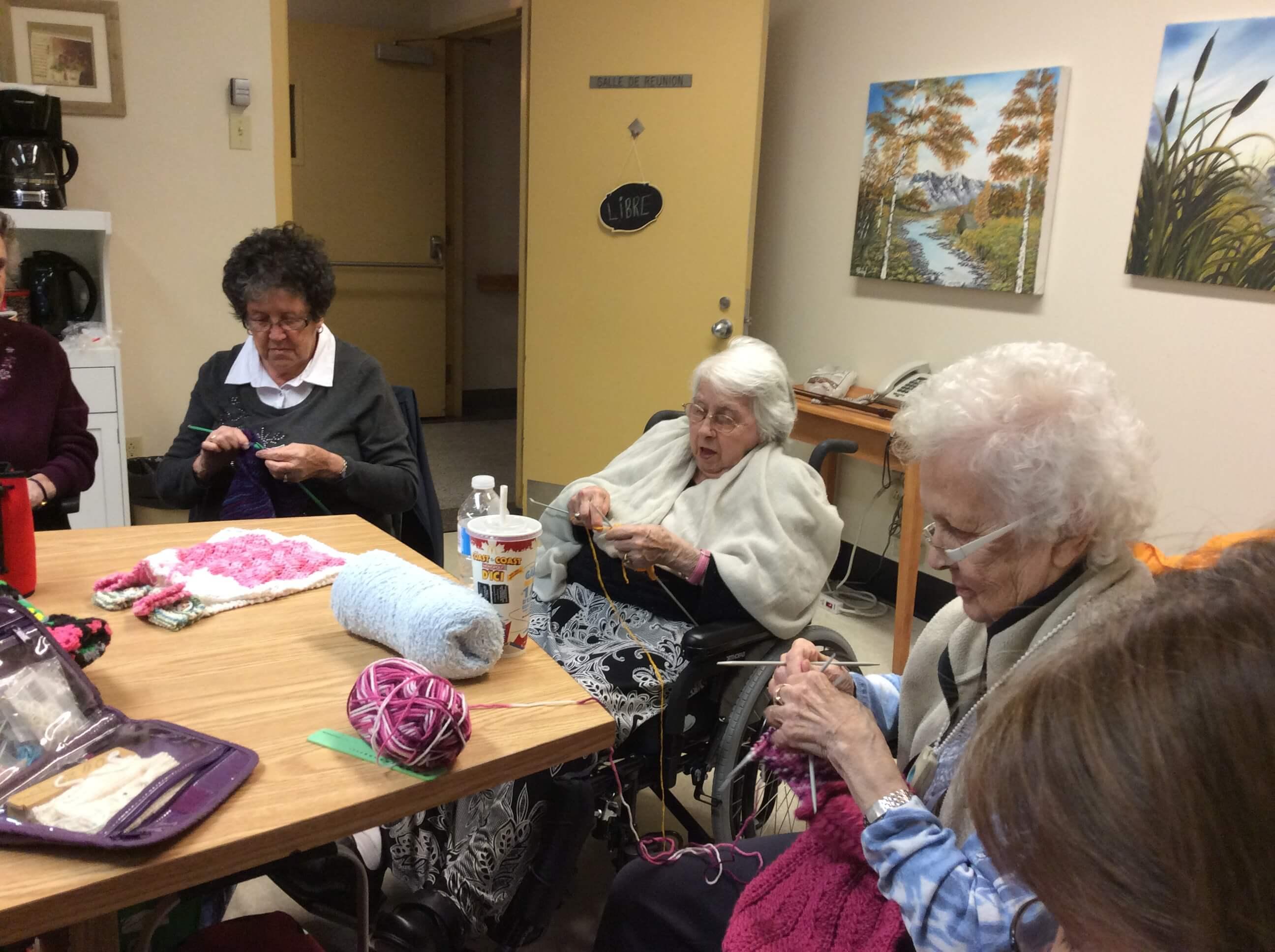 Flore Bourgeois : 102 ans et toujours passionnée de tricot!