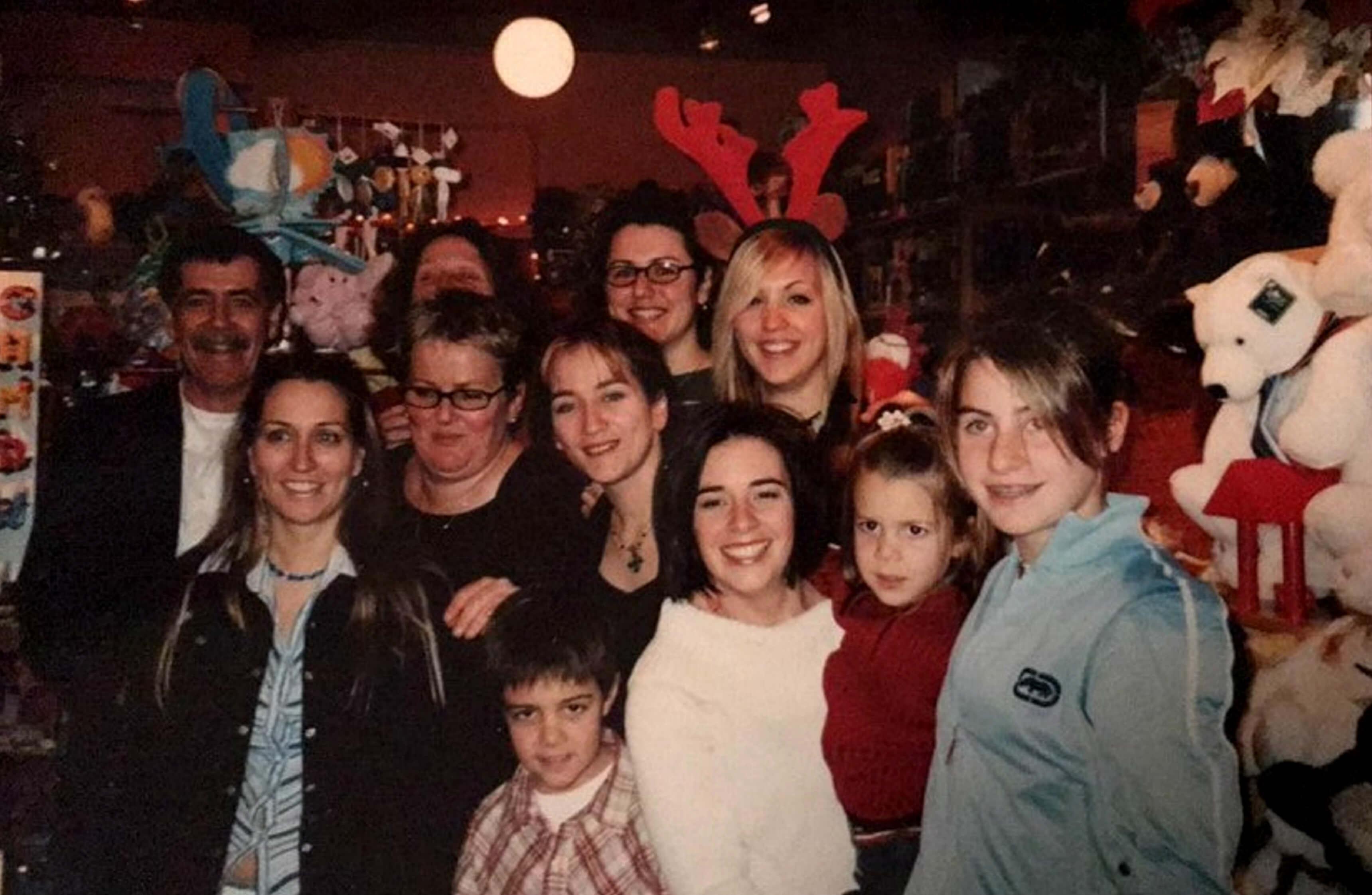 Ambiance chaleureuse dans la boutique au moment de Noël en 2005, avec André Lemieux (à gauche) et Clarisse Choquette (à sa gauche).