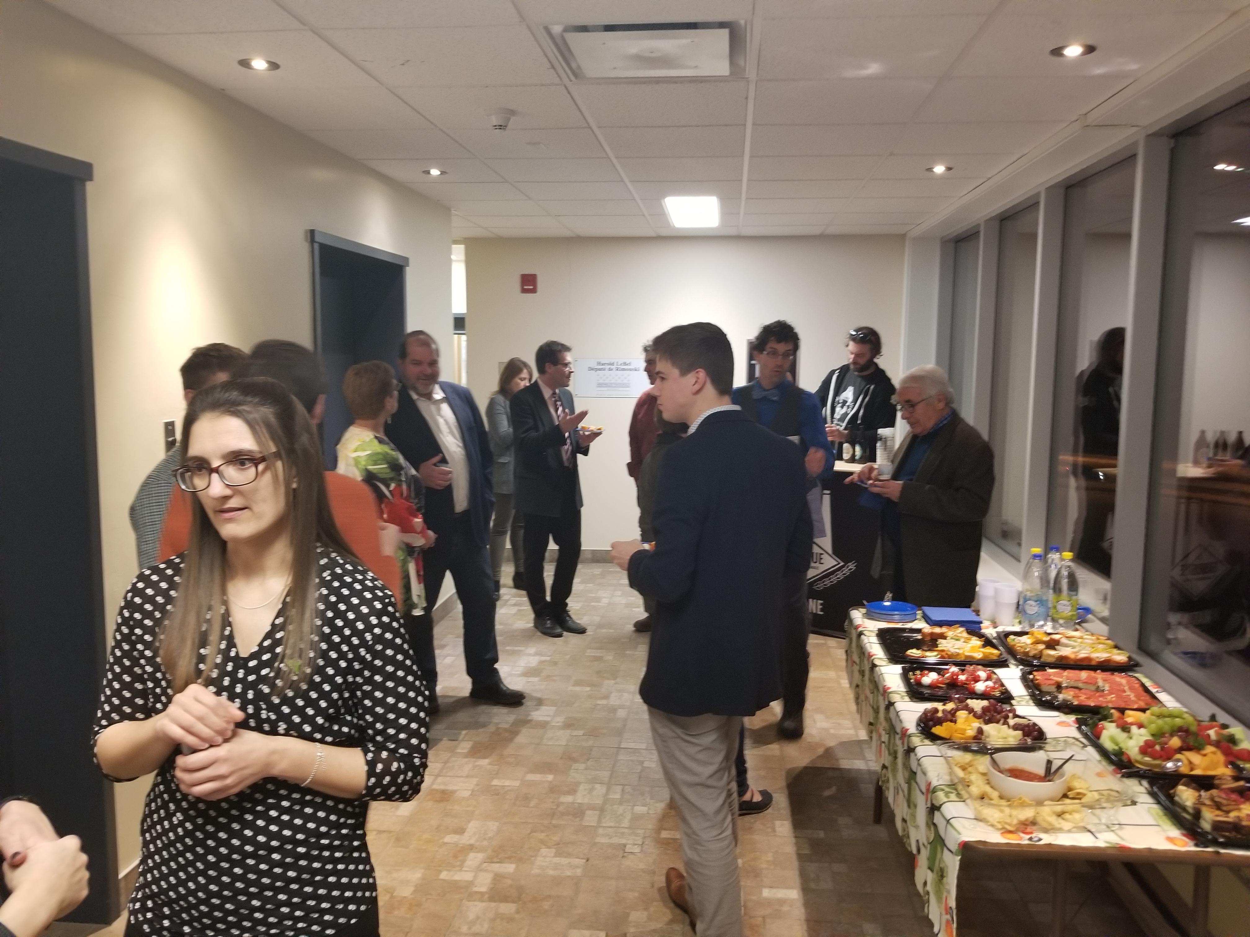 Quelques-uns des invités présents mardi lors de l'inauguration du nouveau local de la Coopérative de développement régional du Québec à Rimouski.