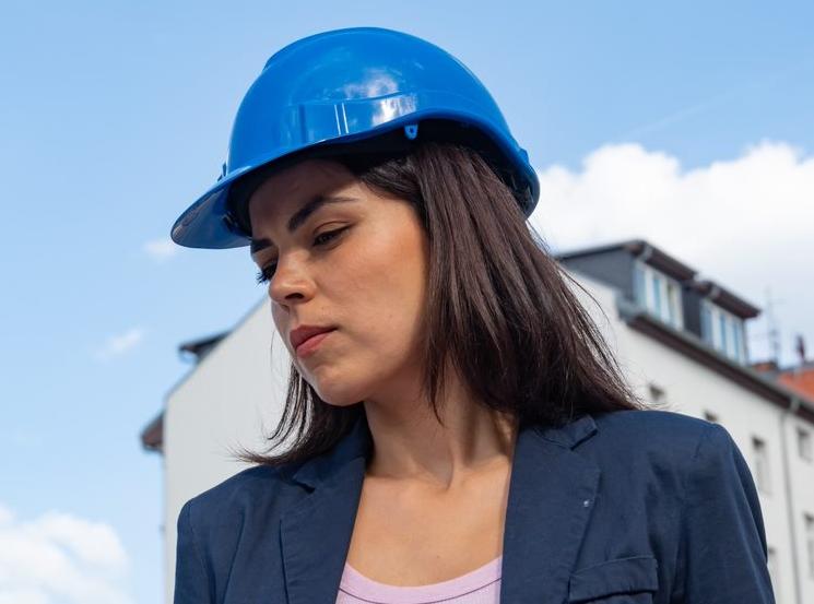 Femme en construction
