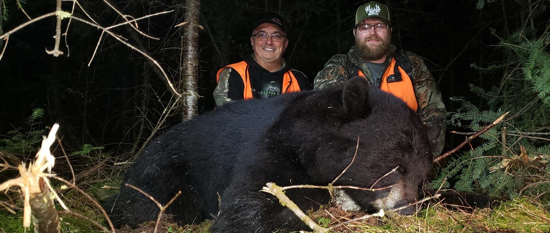 Daniel Gilbert et Kevin Thibeault avec son ours de 350 lb.