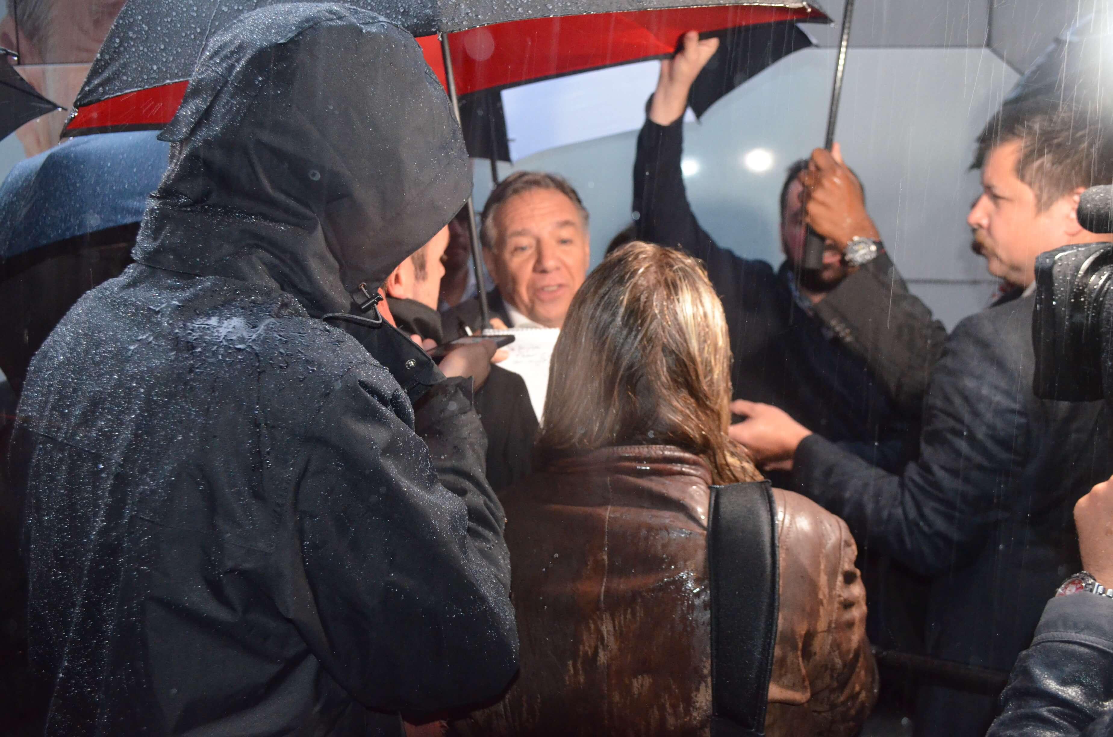 À Rimouski François Legault appuie ses candidats dans un pub à pleine capacité