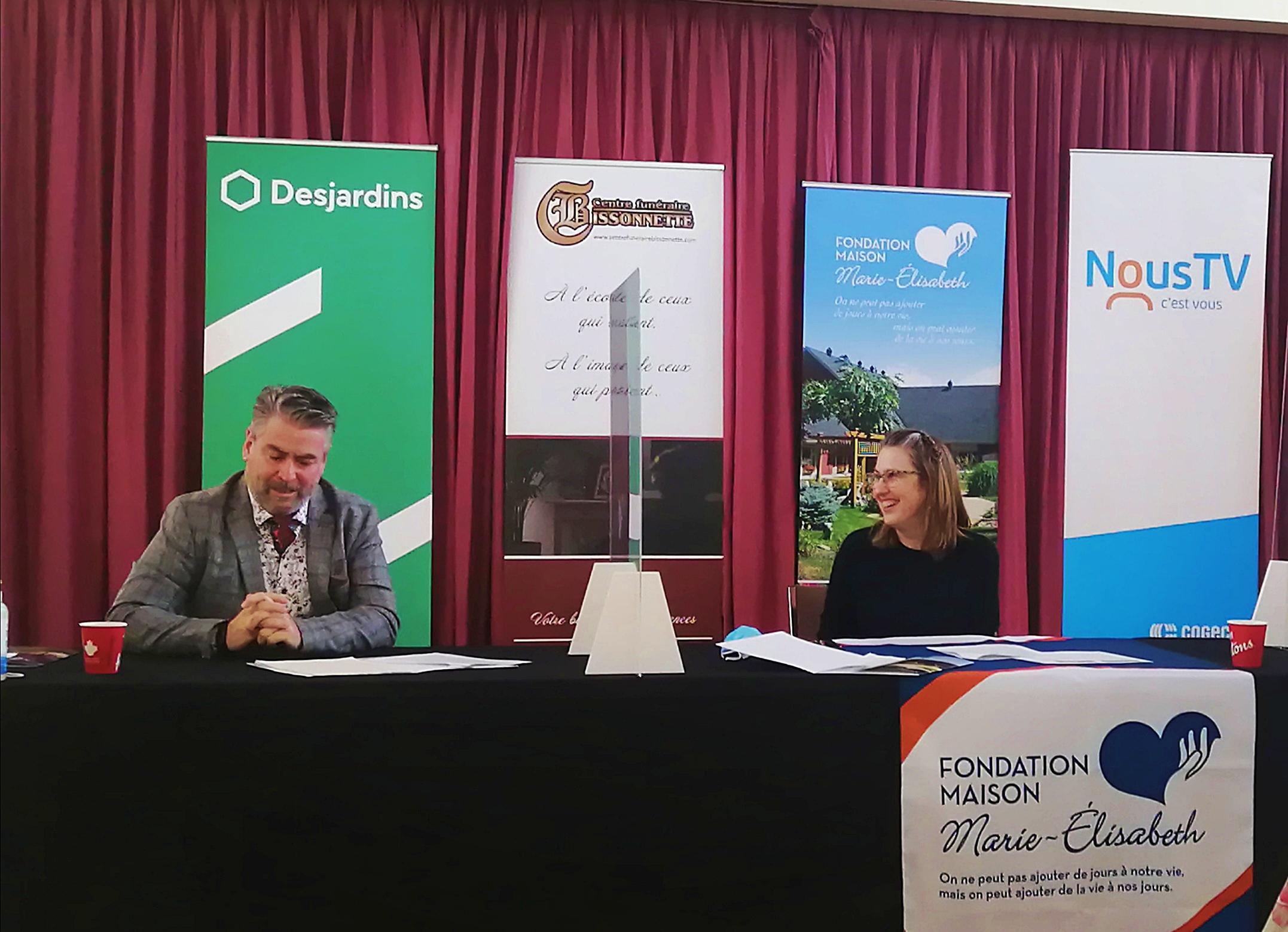 Le directeur de la Caisse Desjardins de Rimouski et coprésident d'honneur de la campagne annuelle de financement 10e anniversaire de la Maison Marie-Élisabeth, Martin Desrosiers, et la directrice générale de la Maison, Paule Côté.