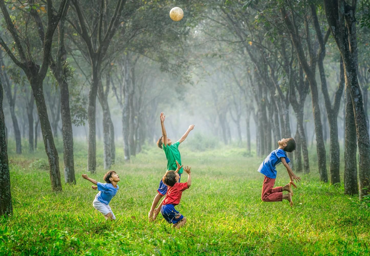 Enfants qui jouent - camp de jour.