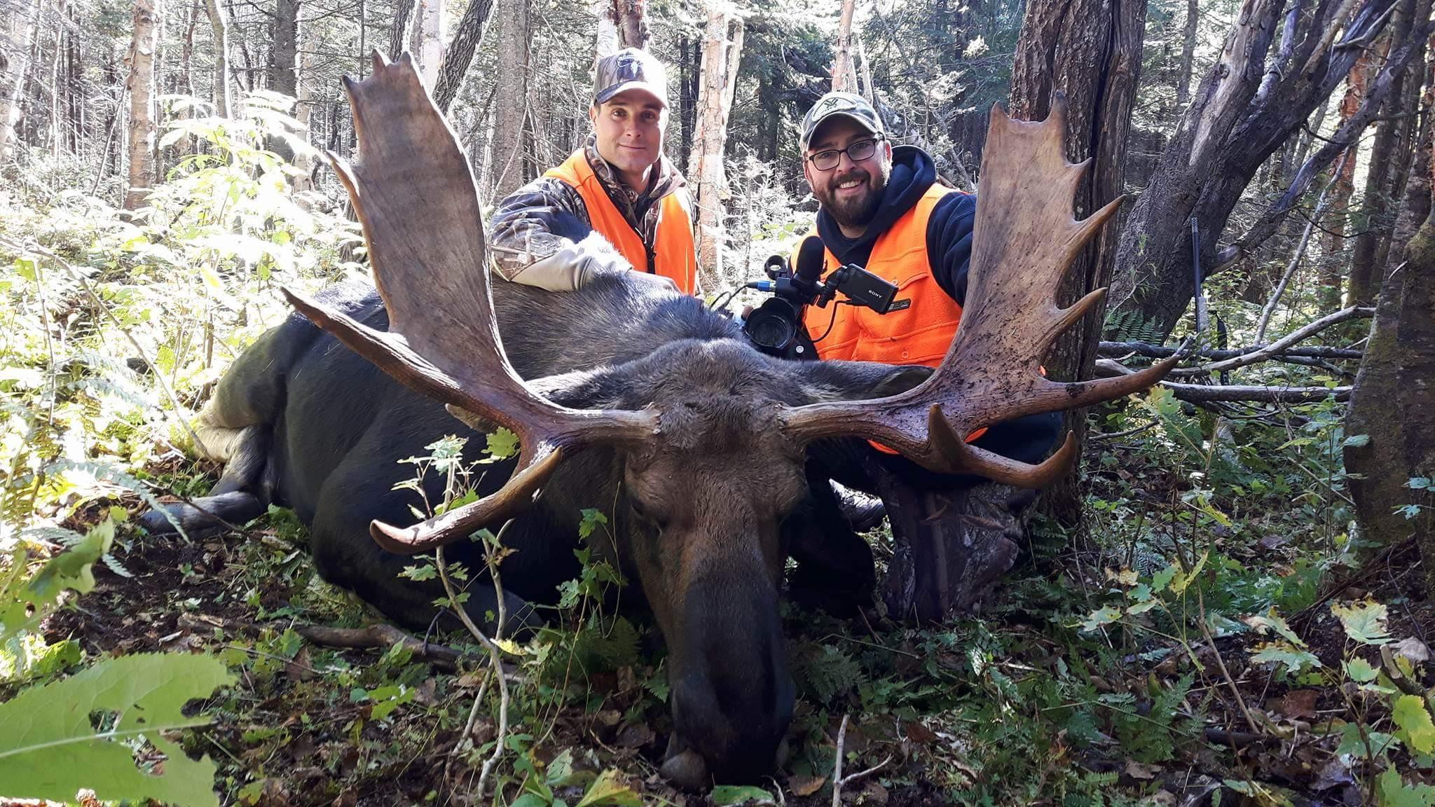 Heureux souvenir de chasse pour ces deux chasseurs à la Pourvoirie du Lac Mitis.