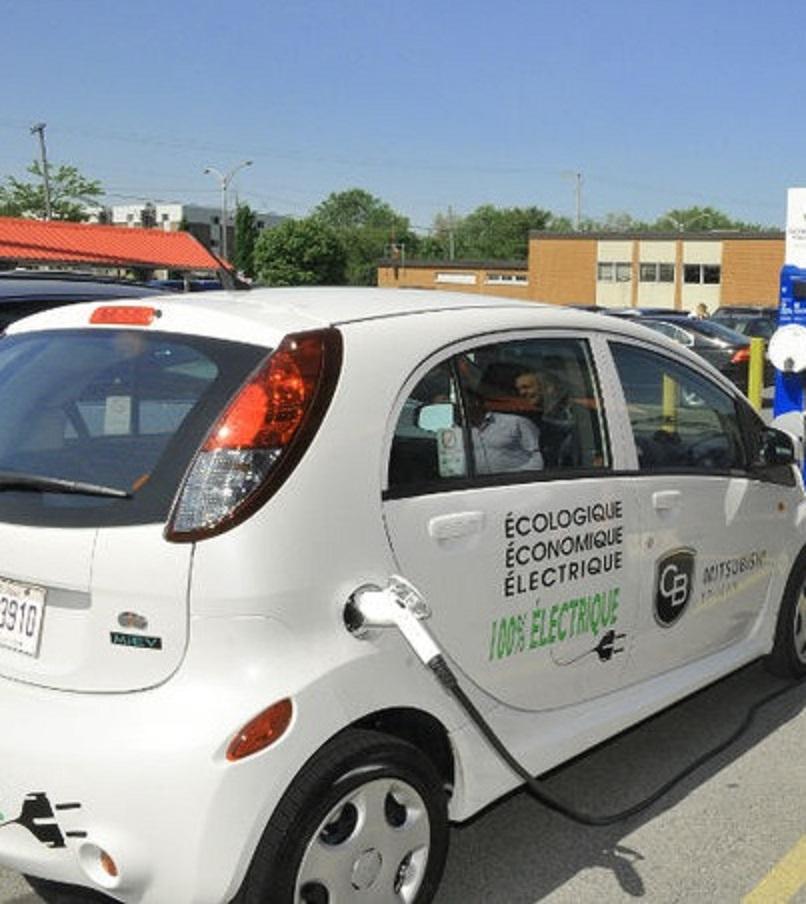 Installation de deux bornes de recharge pour véhicules électriques.