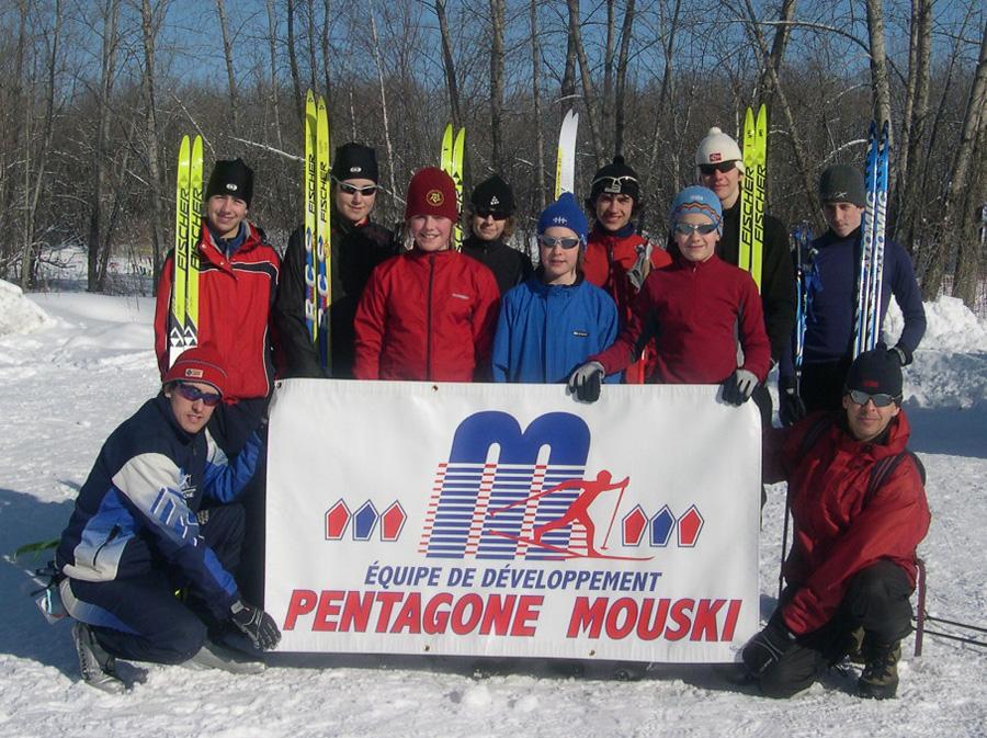 Vingt-cinq ans après ses débuts, des parents bénévoles continuent à promouvoir le ski de fond et travaillent à améliorer le fonctionnement de l'école et l'équipe de compétition. Dans la photo, l'équipe de développement Mouski.