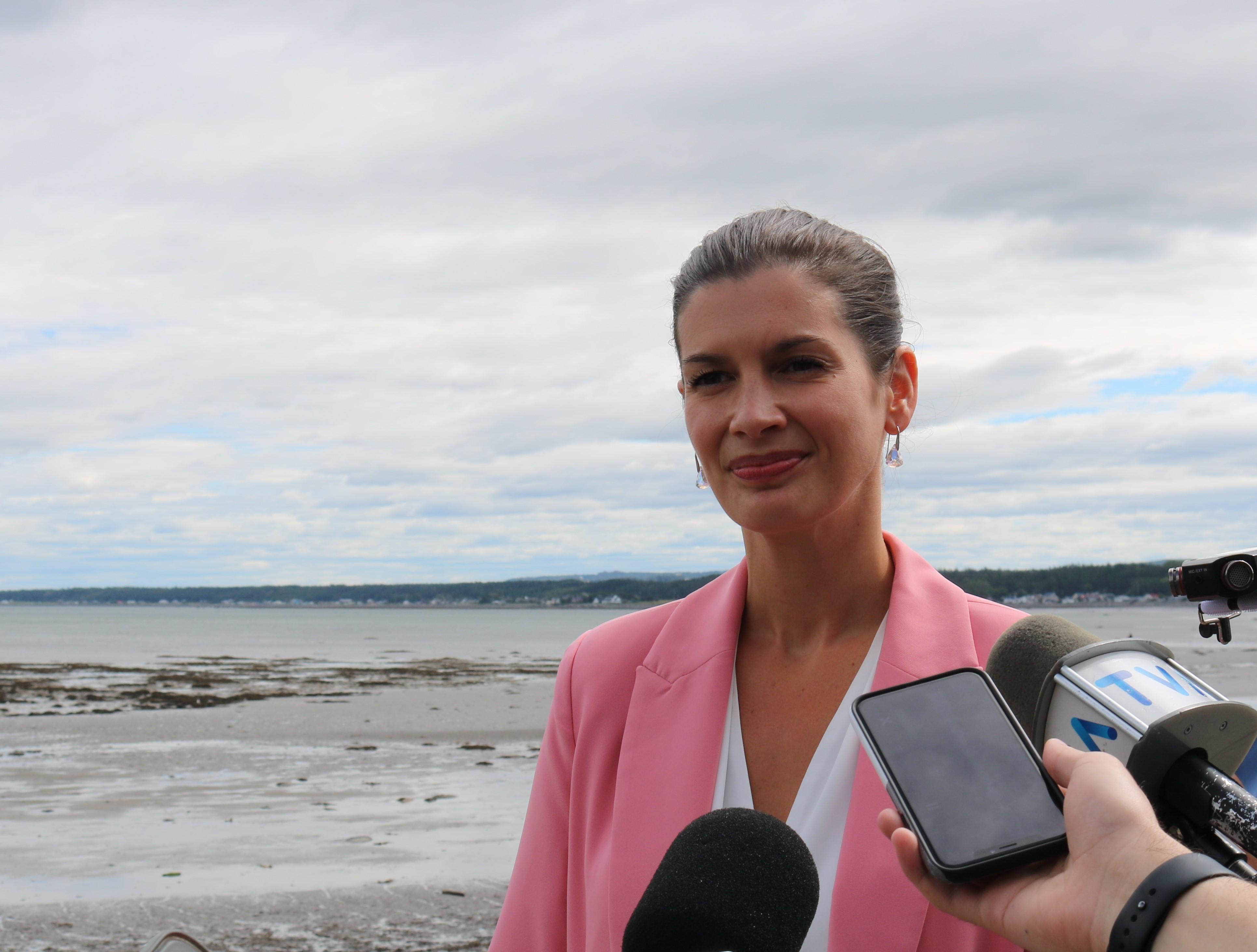 La vice-première ministre du Québec, Geneviève Guilbault, était de passage à Sainte-Luce.