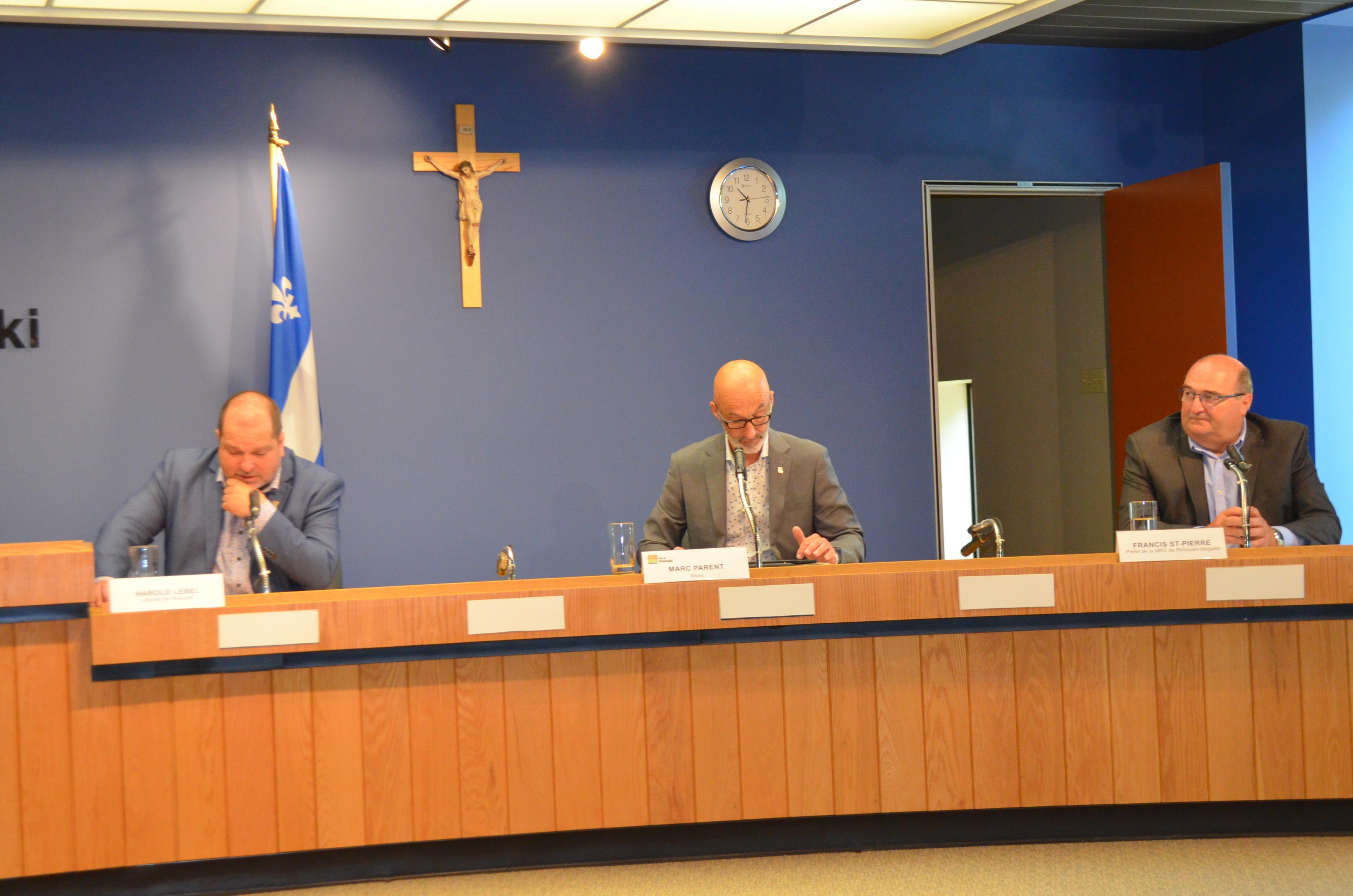 Le député Harold LeBel, le maire Marc Parent et le préfet de la MRC Rimouski-Neigette Francis St-Pierre.