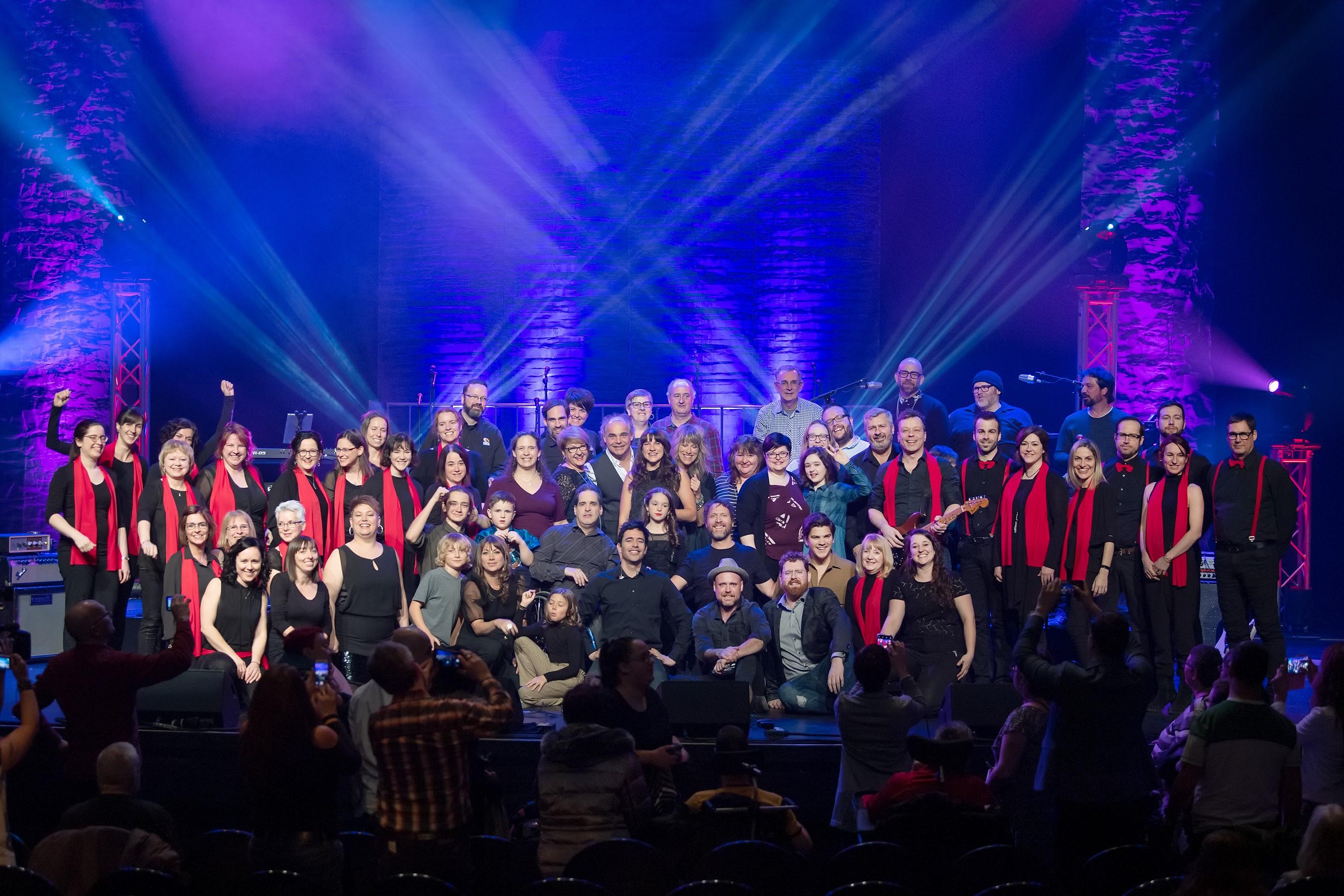 L'ensemble des artistes et artisans de ce spectacle réunis sur la scène de la Salle Desjardins-TELUS samedi soir.