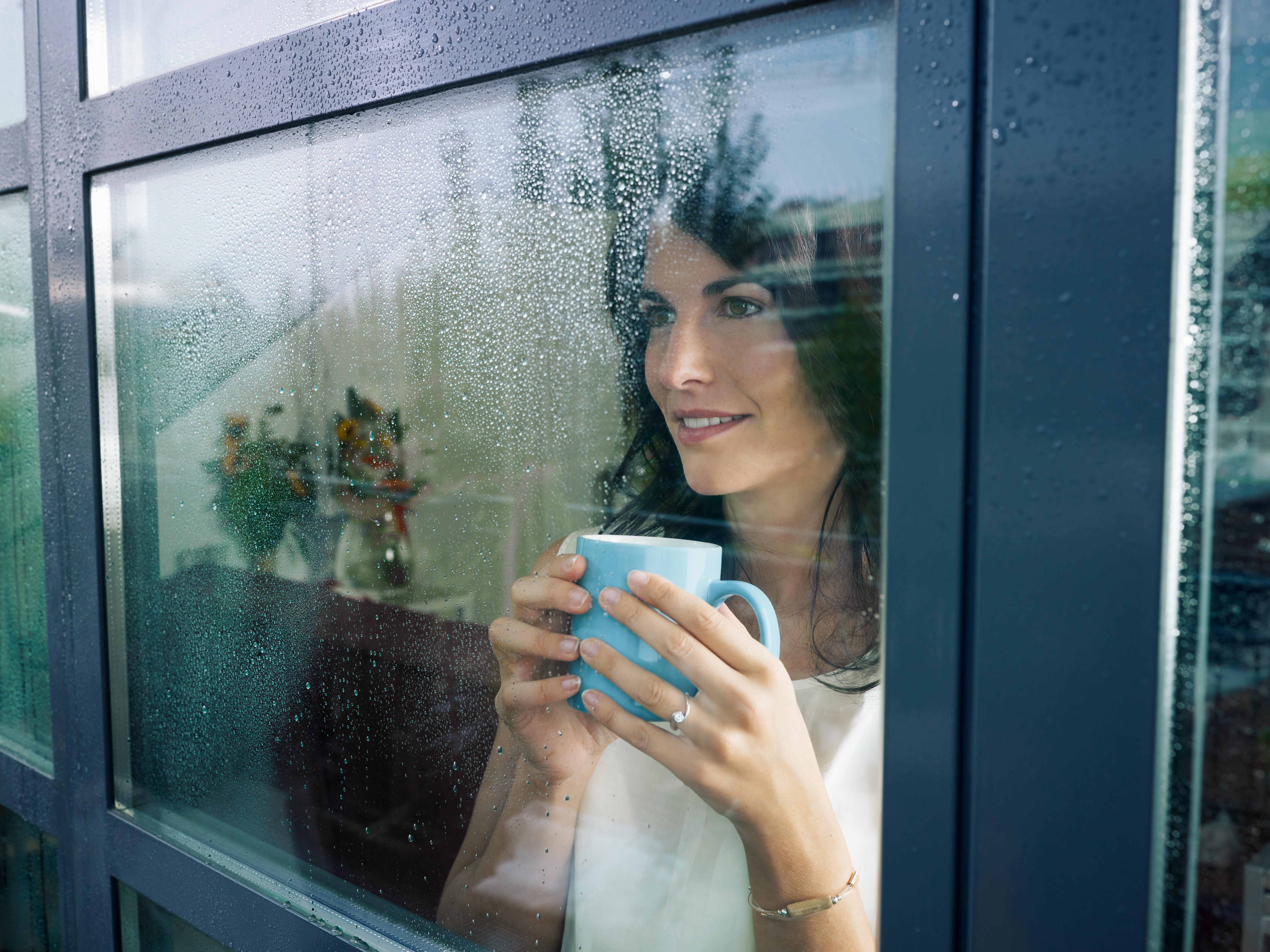 fenêtre femme café