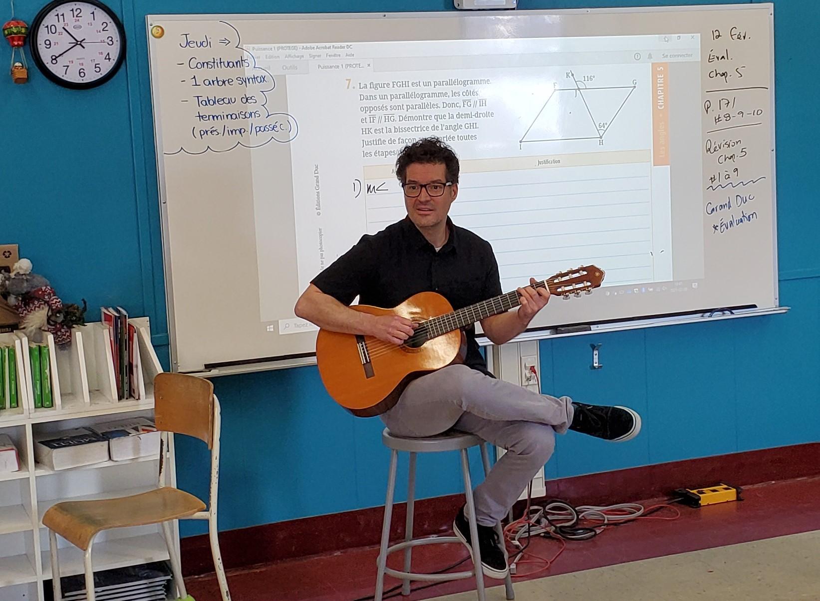 Pour susciter l'intérêt de ses élèves, Olivier Champagne peut jouer de la guitare en classe.