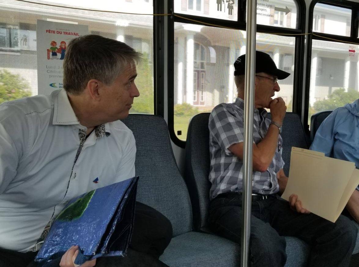 Claude Laroche à bord d'un Citébus à Rimouski