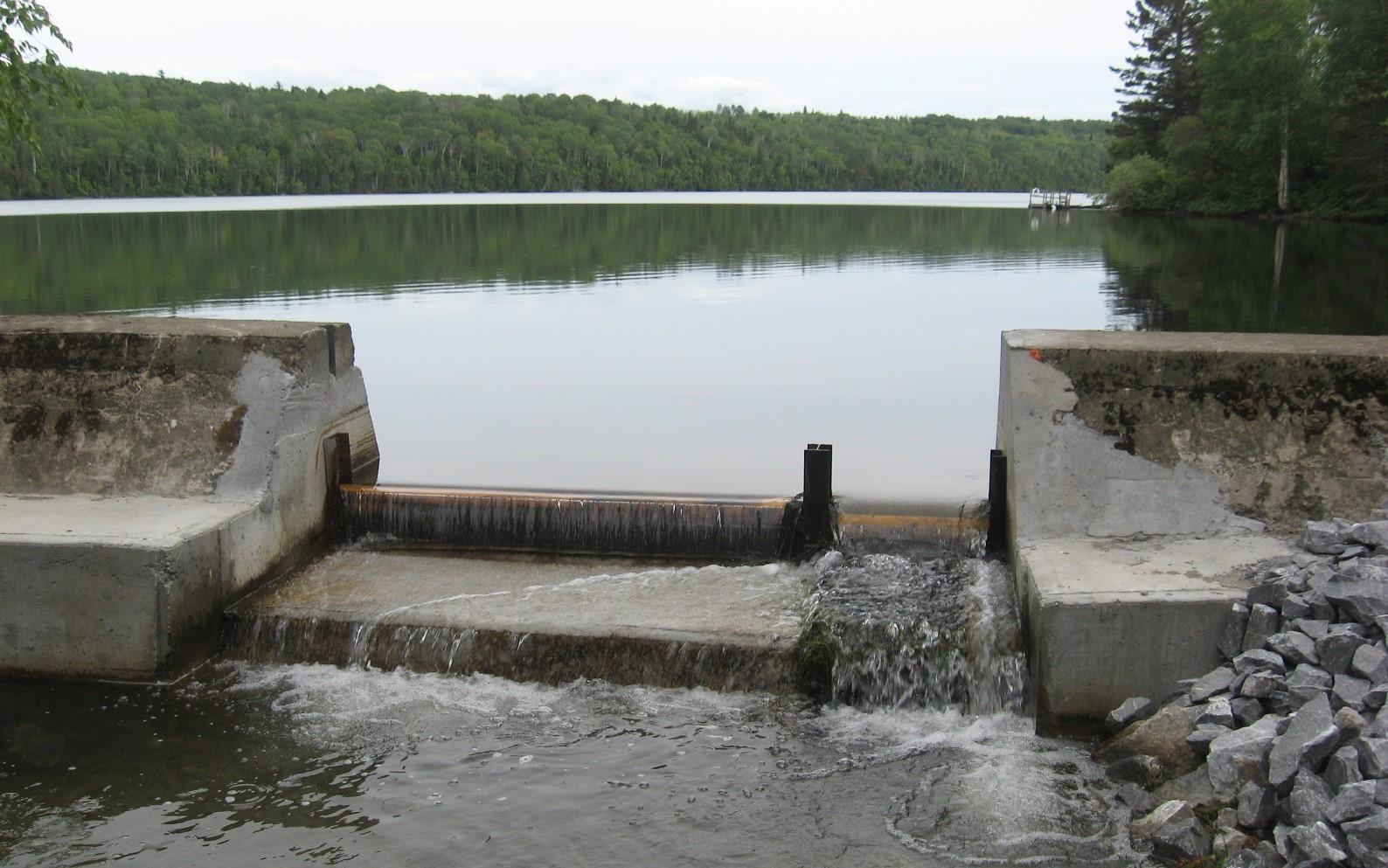 Le barrage du lac à l'Anguille à Saint-Anaclet-de-Lessard.
