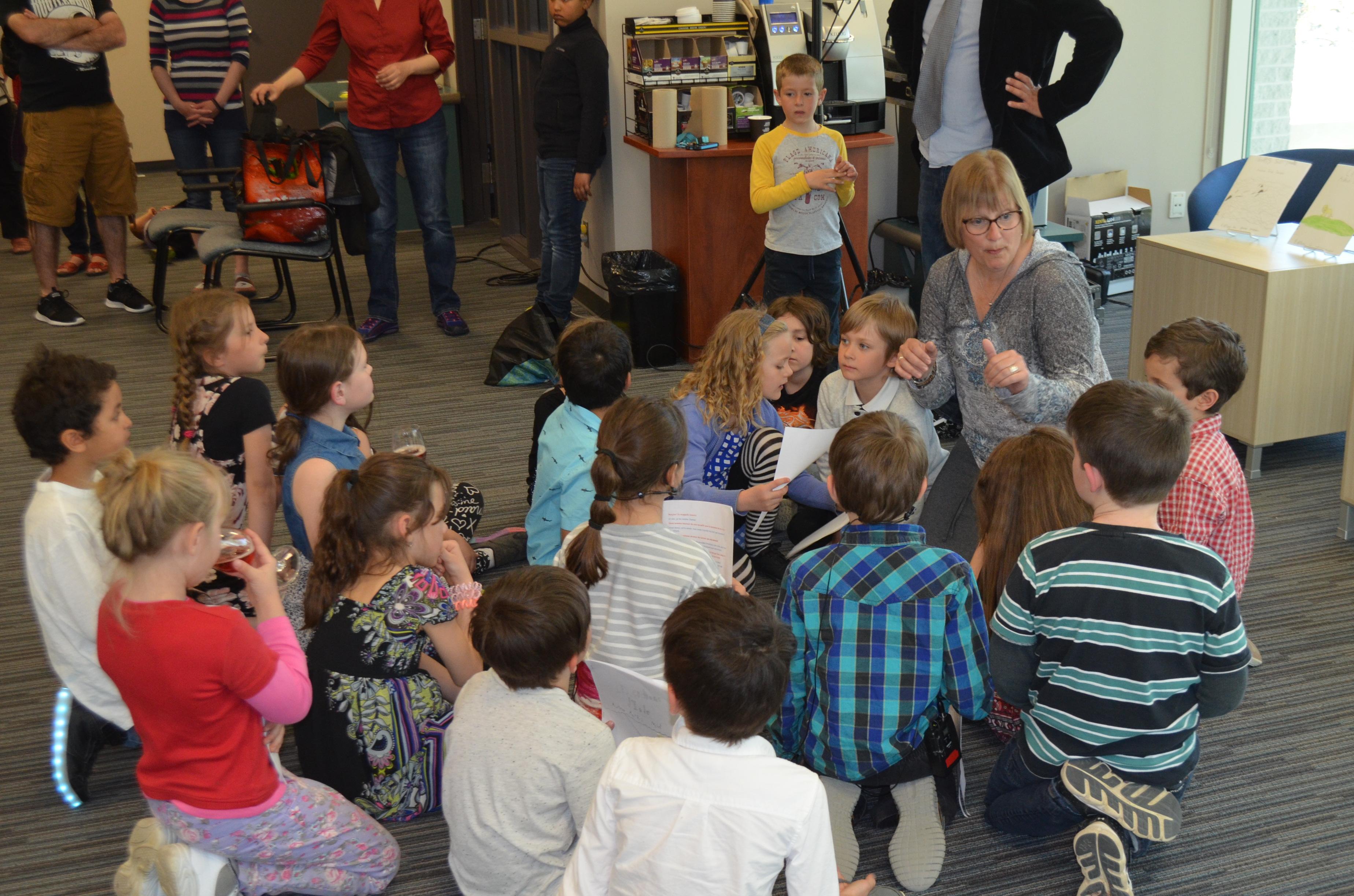 L'enseignante Hélène Bégin entourée des élèves de deuxième année de l'école l'Aquarelle.