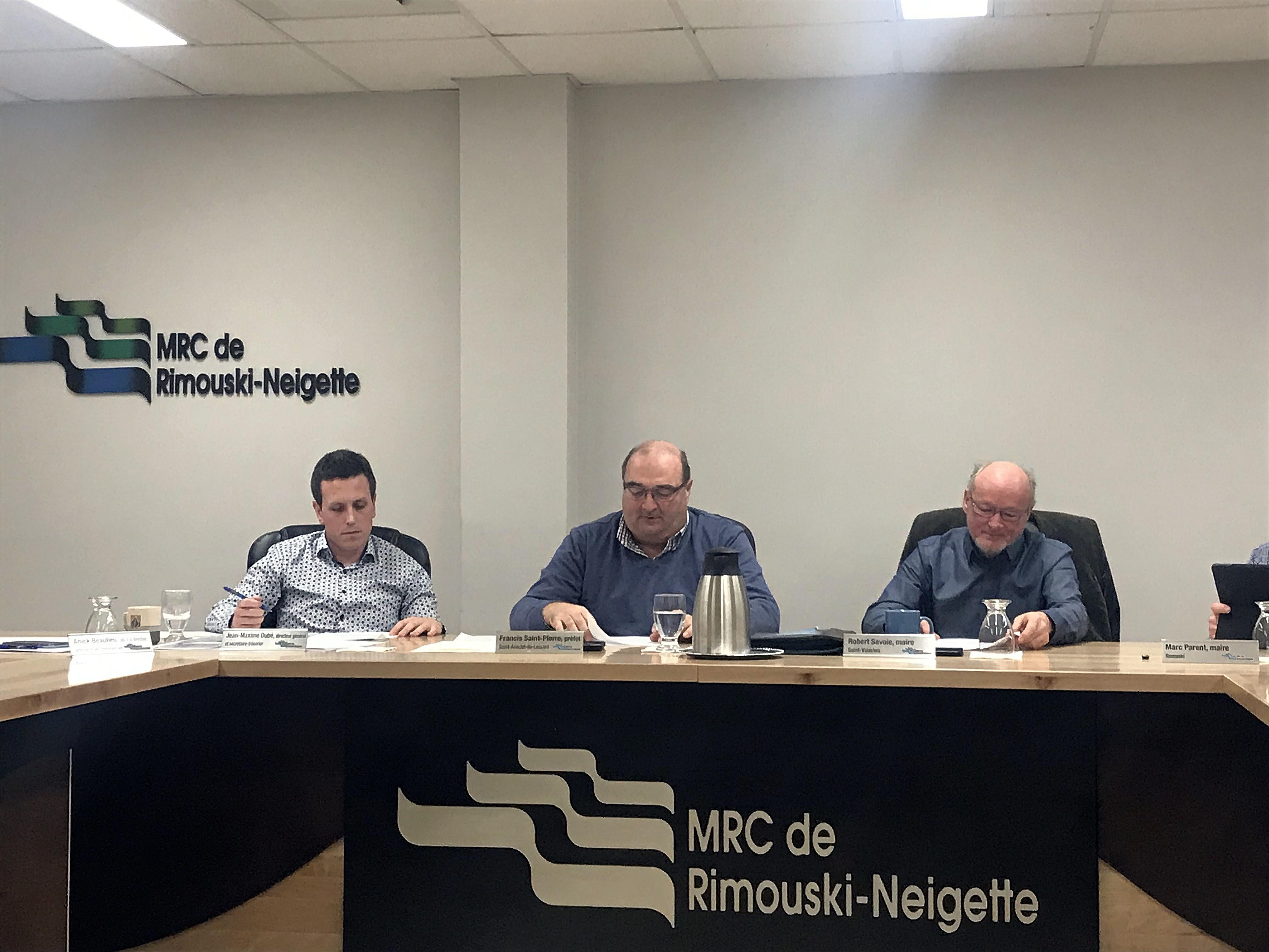 Le directeur général de la MRC, Jean-Maxime Dubé, Francis St-Pierre, préfet de comté et Robert Savoie à la table du conseil de la MRC.
