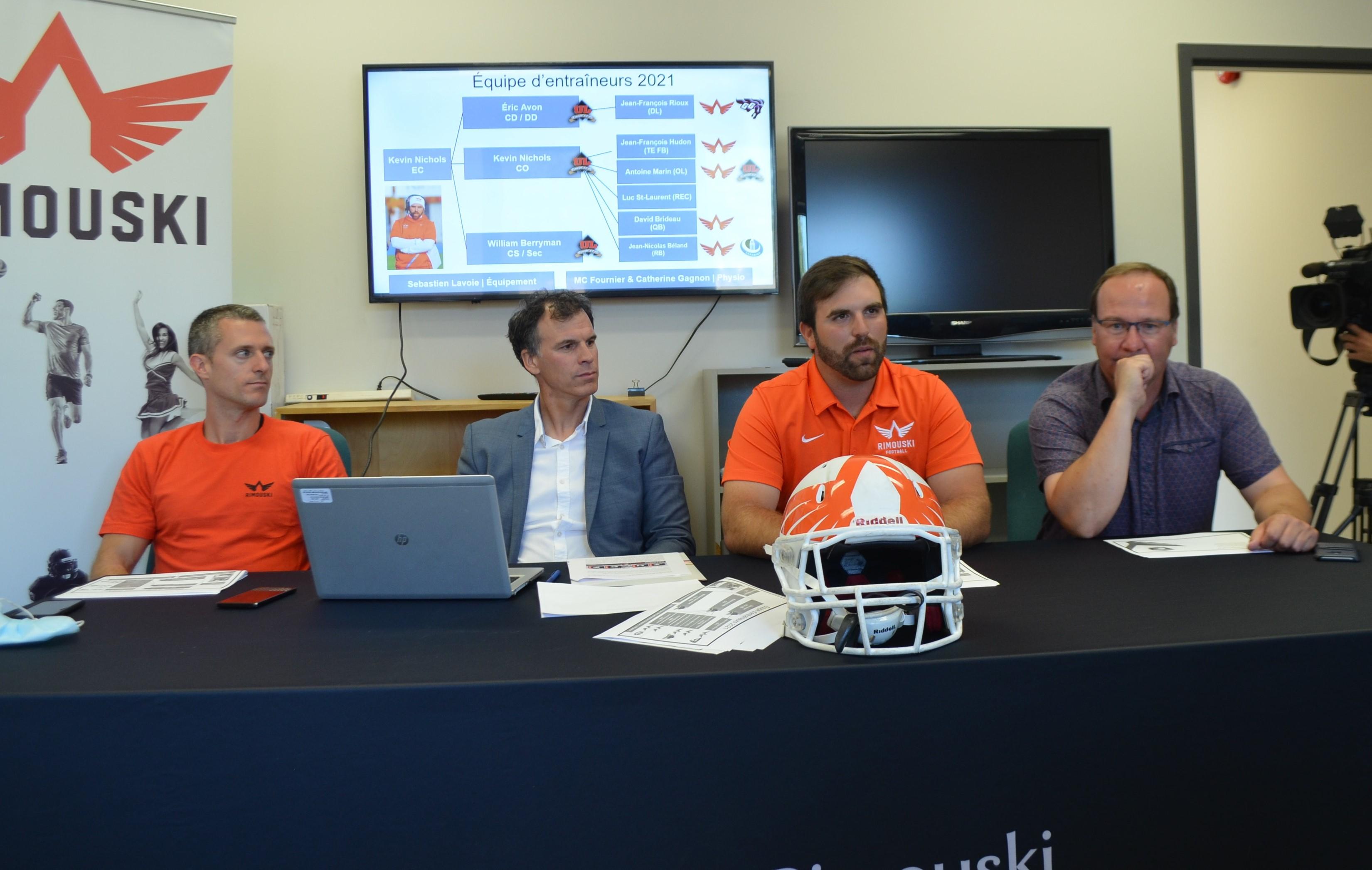 Maxime Ross, du Cégep de Rimouski; David Castonguay, président des Pionniers; Kevin Nichols, entraîneur-chef; et Jocelyn Pelletier, administrateur.