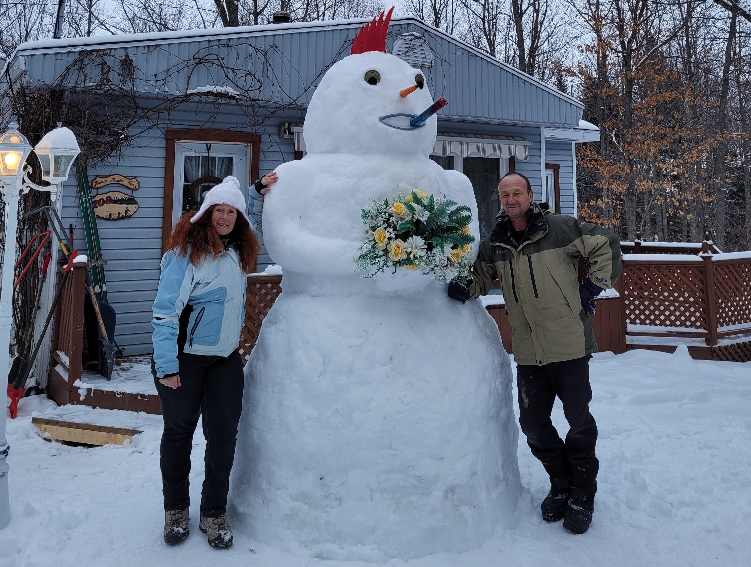 Nancy Thibeault et Mario Caron ont décidé de ne pas se laisser décourager par le confinement. Chaque semaine, ils présentent sur Facebook des photos de leur bonhomme de neige géant avec un style différent.
