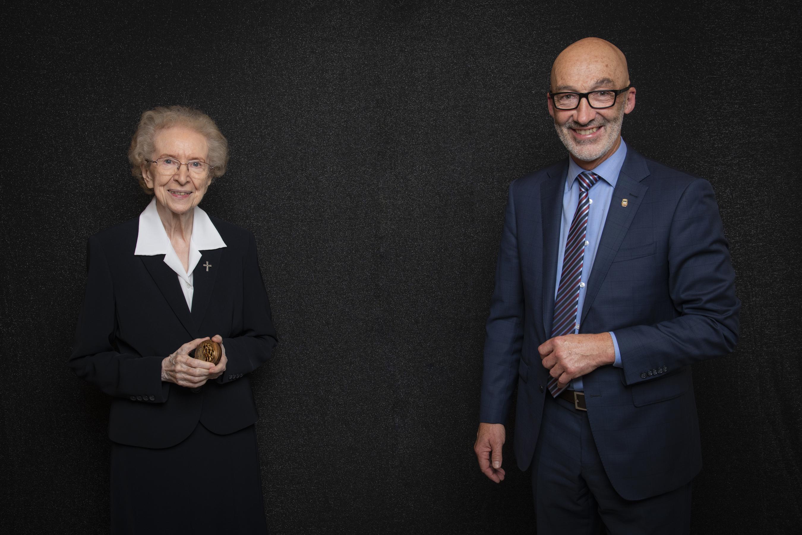 Marc Parent, maire, accompagné de sœur Pauline Charron, citoyenne d'honneur.
