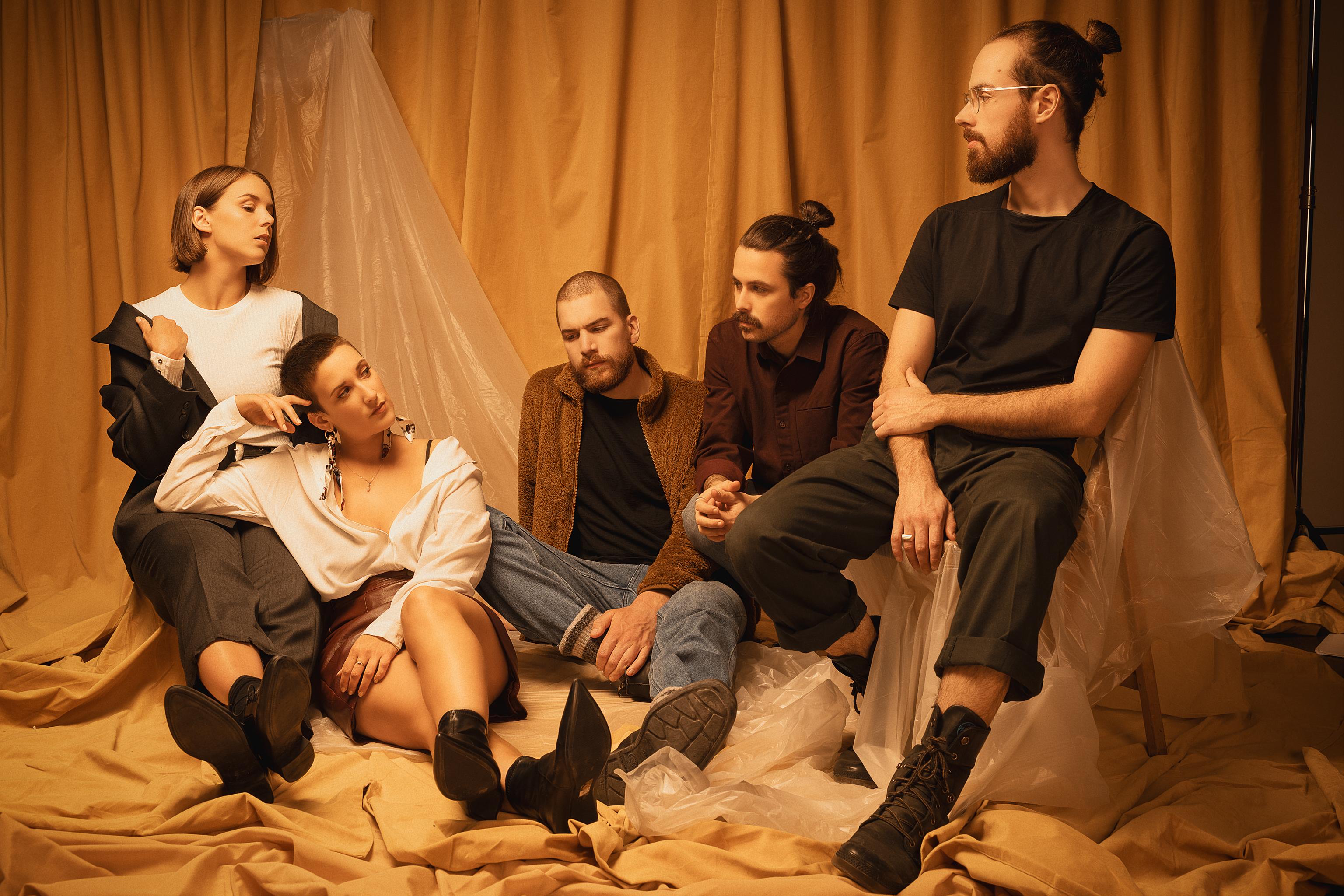 Les membres du groupe Heïka : Jo-Annie Bourdeau, Andrée-Anne Bélisle, Simon Bellemare, Jonathan Arsenau et Vincent Lachaine.