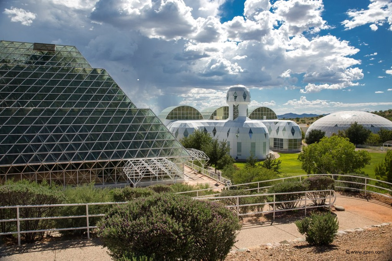 Biosphère 2, est un site expérimental construit pour reproduire un système écologique artificiel clos situé à Oracle, dans le désert de l'Arizona.