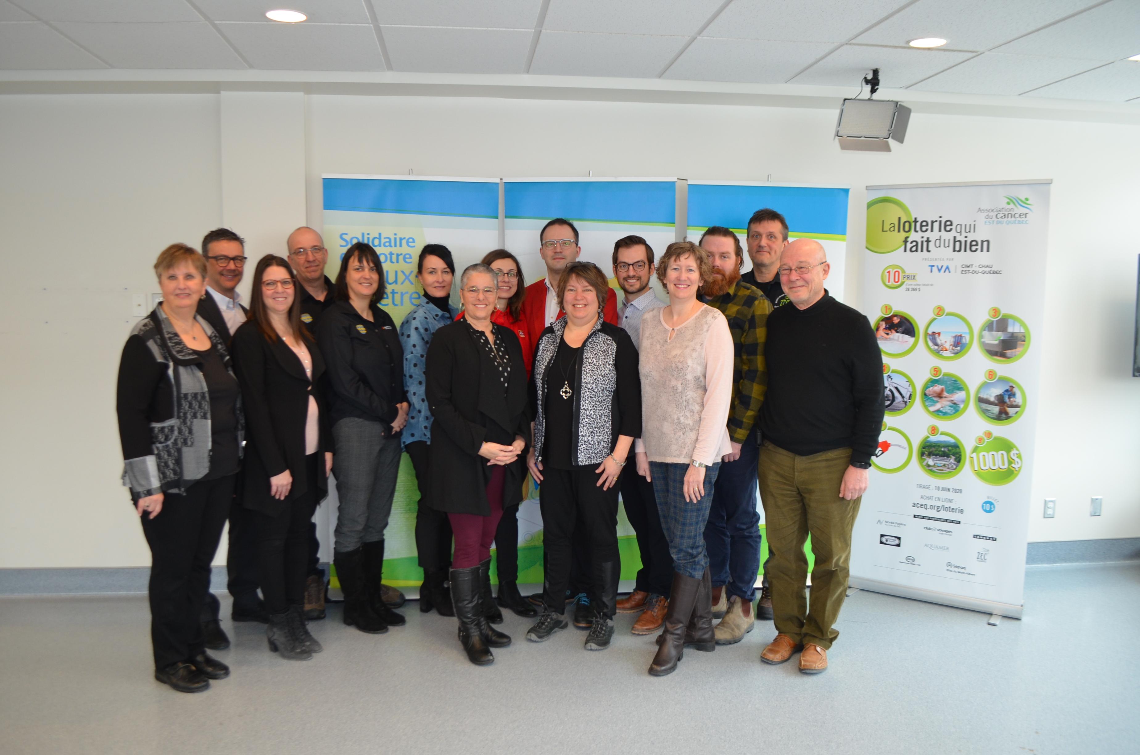 Les représentants de l'Association du cancer de l'Est-du-Québec et des partenaires de la Loterie qui fait du bien.